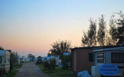 campingplatz-einfahrt-abends